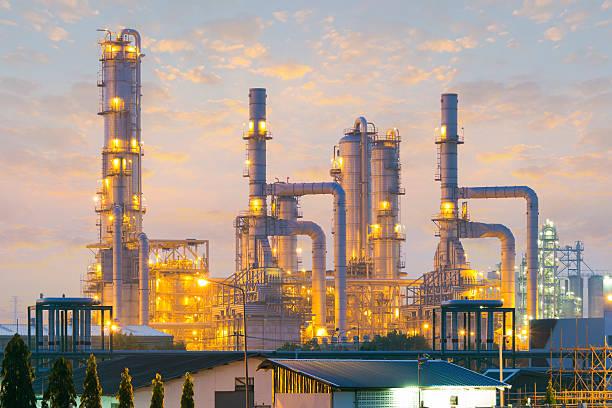raffinerie - destillationsturm stock-fotos und bilder