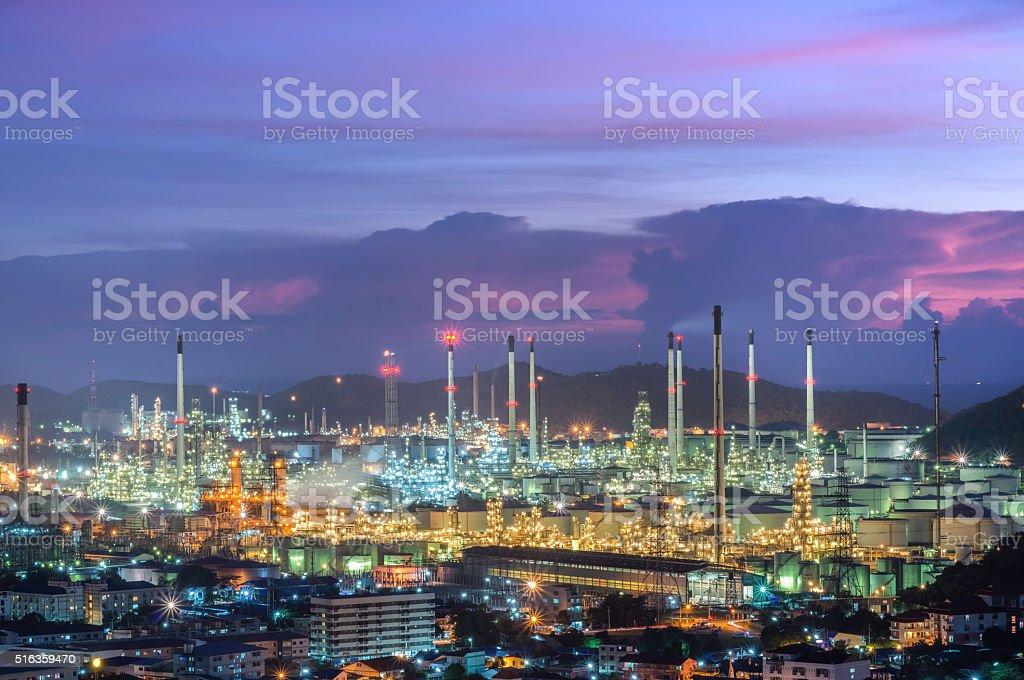 Rafinerii z rur i zbiorników paliwa – zdjęcie