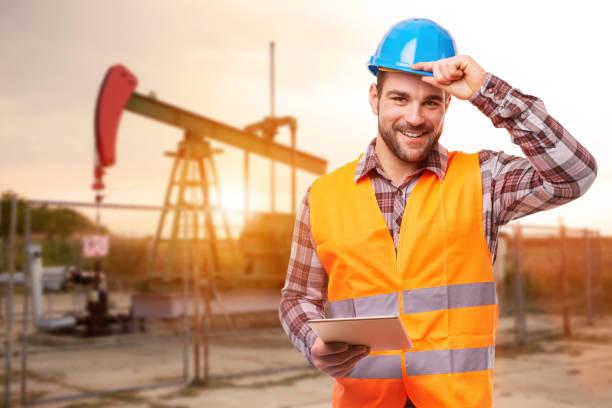Raffinerie Arbeitnehmer mit digital-Tablette – Foto