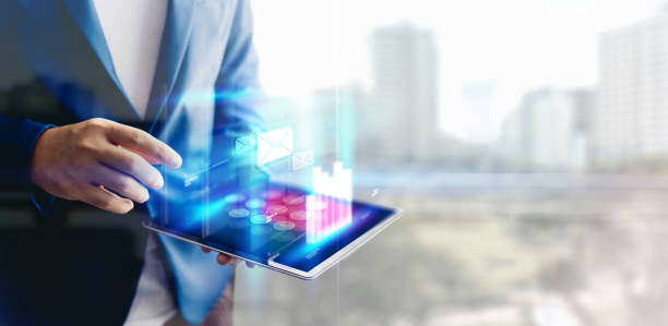 reflexion businessman mit tablet-analyse von daten und wirtschaftswachstumsdiagramm. konzept auf tablet mit hologramm. - öffentliches gebäude stock-fotos und bilder