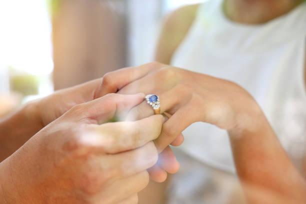 reflexion von fensterglas der braut und des bräutigams mit trauringe. - heiratsantragsring stock-fotos und bilder