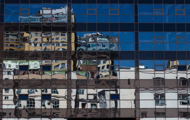 Reflexion in der Stadt – Foto