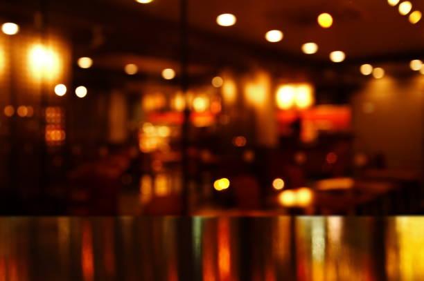 luz de reflexão sobre a mesa em bar e pub à noite - foto de acervo