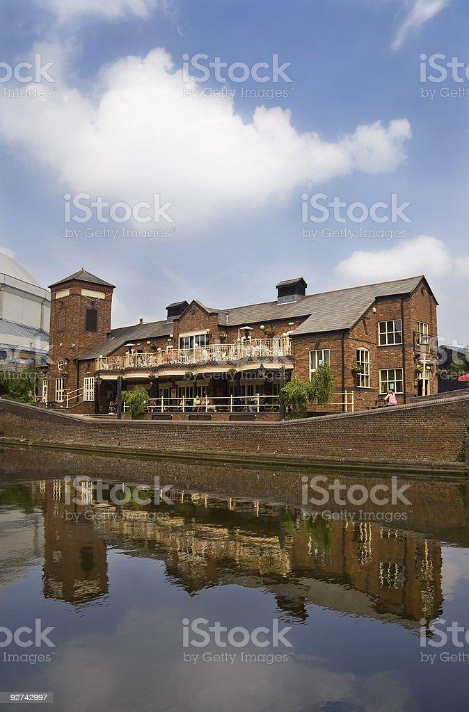 Spiegelung eines Gebäudes auf Kanal, Birmingham, GB Lizenzfreies stock-foto