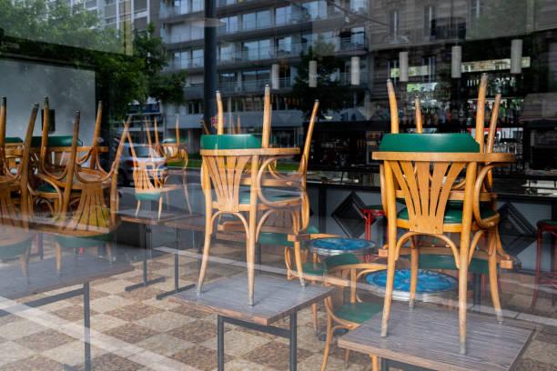 reflejo de un restaurante cerrado por coronavirus - restaurante fotografías e imágenes de stock