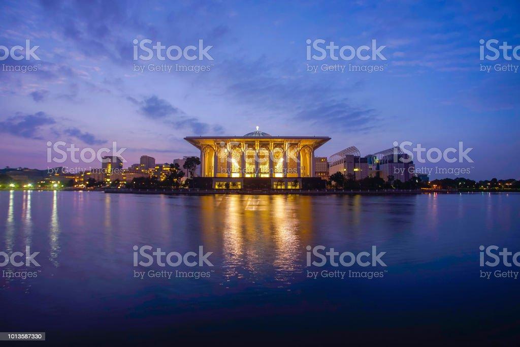 Reflexion der wunderschöne Moschee im See während der blauen Stunde. – Foto