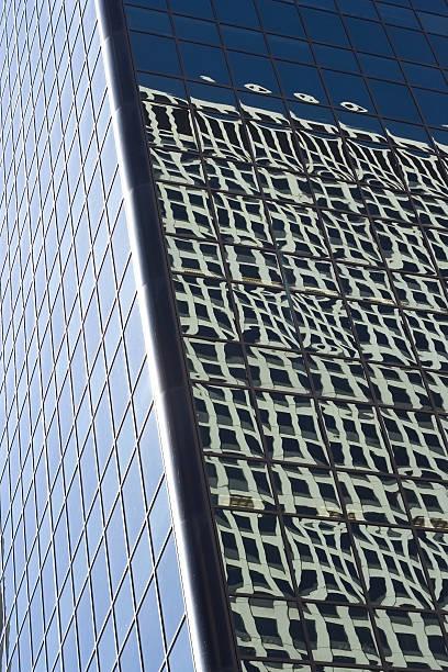 Reflektion im Fenster des Gebäudes – Foto