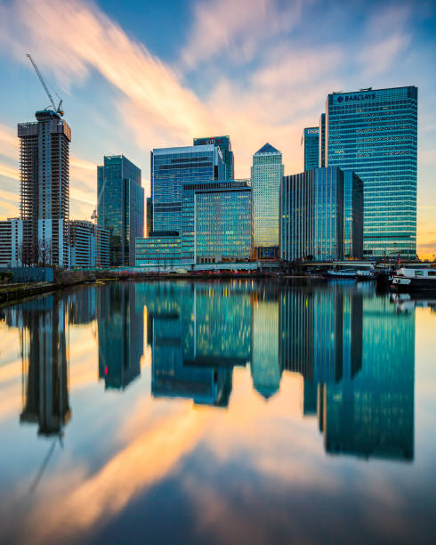 reflektion von canary wharf wolkenkratzern im blackwall basin - canary wharf stock-fotos und bilder