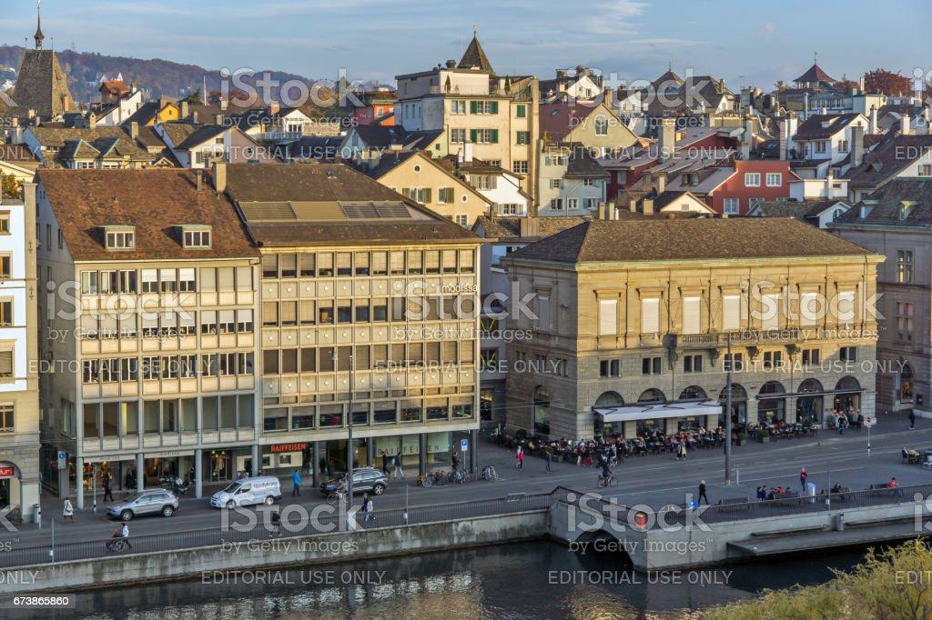 Zürih, İsviçre - 28 Ekim 2015: Zürih şehir Limmat Nehri'yansımasıdır royalty-free stock photo