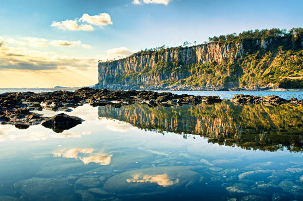 A reflection of coastal cliffs VD702 해안 절벽의 반영 seogwipo stock pictures, royalty-free photos & images