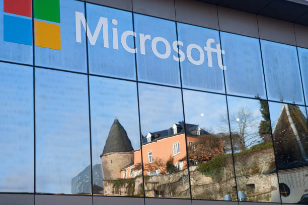 ein spiegelbild der mittelalterlichen burg in windows von microsoft office - microsoft windows stock-fotos und bilder