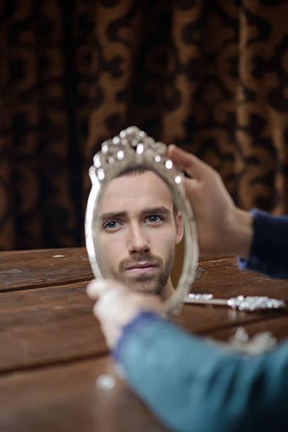 reflection of men in mirror - handspiegel stockfoto's en -beelden
