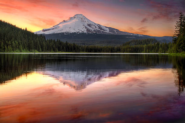 Reflection of Mount Hood on Trillium Lake at Sunset Reflection of Mount Hood on Trillium Lake Oregon at Sunset mt hood stock pictures, royalty-free photos & images