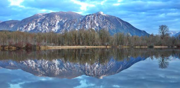 reflection of mount si, wa-usa - snoqualmie foto e immagini stock