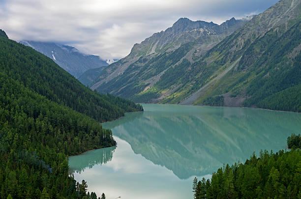 reflection of mountains in the lake. kucherla lake. altai mounta - państwowy rezerwat przyrody altay zdjęcia i obrazy z banku zdjęć