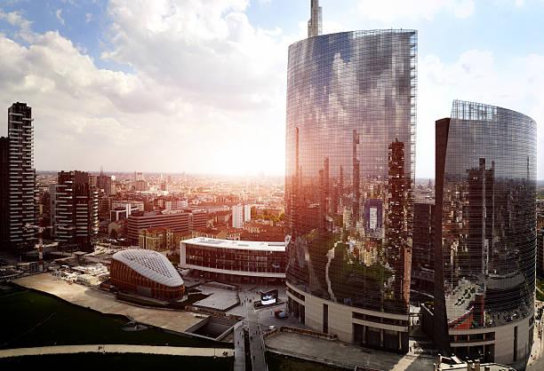 riflesso di nuovo moderno quartiere di milano - milano foto e immagini stock
