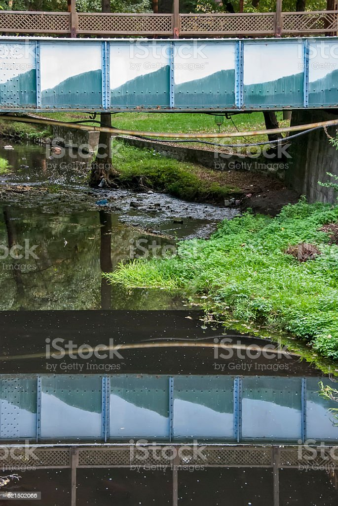 Reflection of old metal bridge in river photo libre de droits