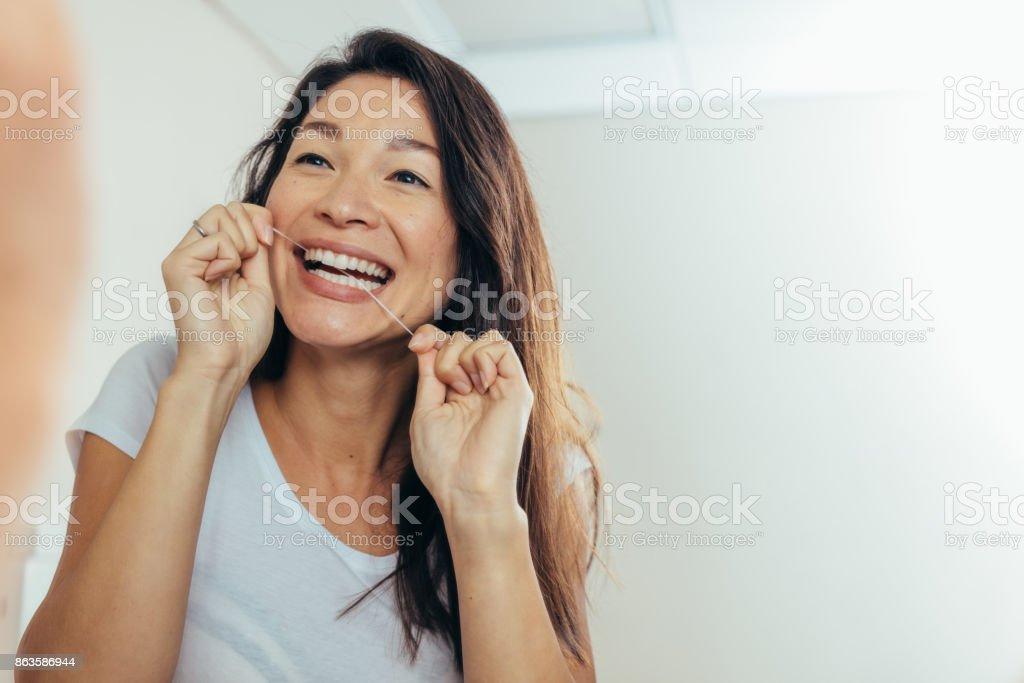 af2b12a25 Foto de Reflexo Da Mulher Usando Fio Dental e mais fotos de stock de ...
