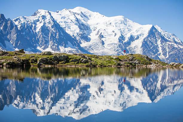 성찰이요 on 크리스탈잔 분명했습니까 고산대 호수, 달리기 남자 - 몽블랑 뉴스 사진 이미지