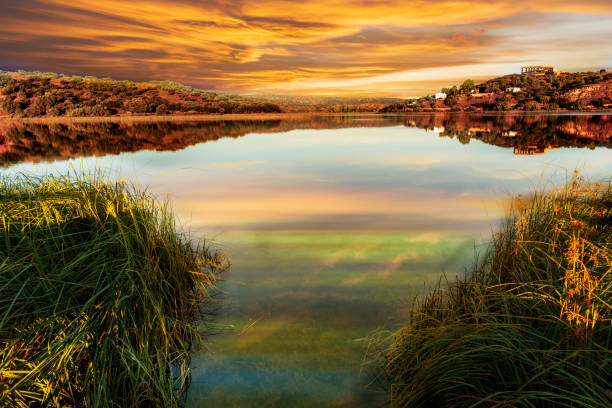 reflexões nas lagoas de ruidera ao pôr do sol - laguna - fotografias e filmes do acervo