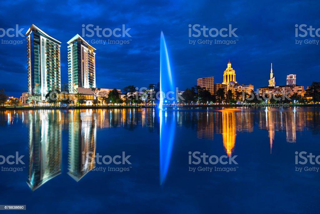 Batum Gürcistan'daki Skyline su yansımalar. royalty-free stock photo