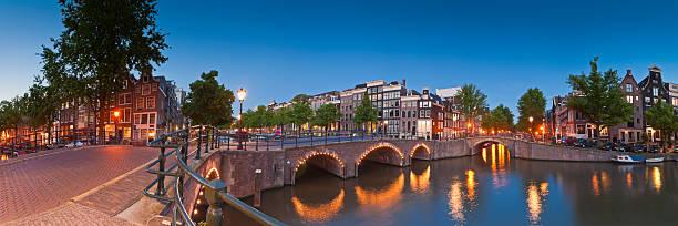 reflections of amsterdam, holland - keizersgracht stockfoto's en -beelden