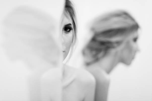 reflexionen der schönen frau im spiegel - frisuren für schulterlanges haar stock-fotos und bilder