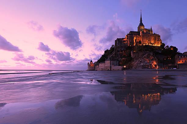 reflections mont-saint-michel beleuchtung am abend - wunder stock-fotos und bilder