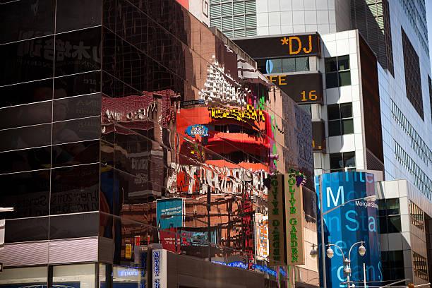 reflexionen der beschilderung in times square - morgan stanley stock-fotos und bilder