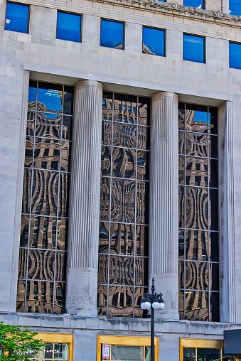 Reflexionen Des Merchandise Mart In Gebäude Fenster Wacker Drive Entlang Stockfoto und mehr Bilder von Architektonische Säule