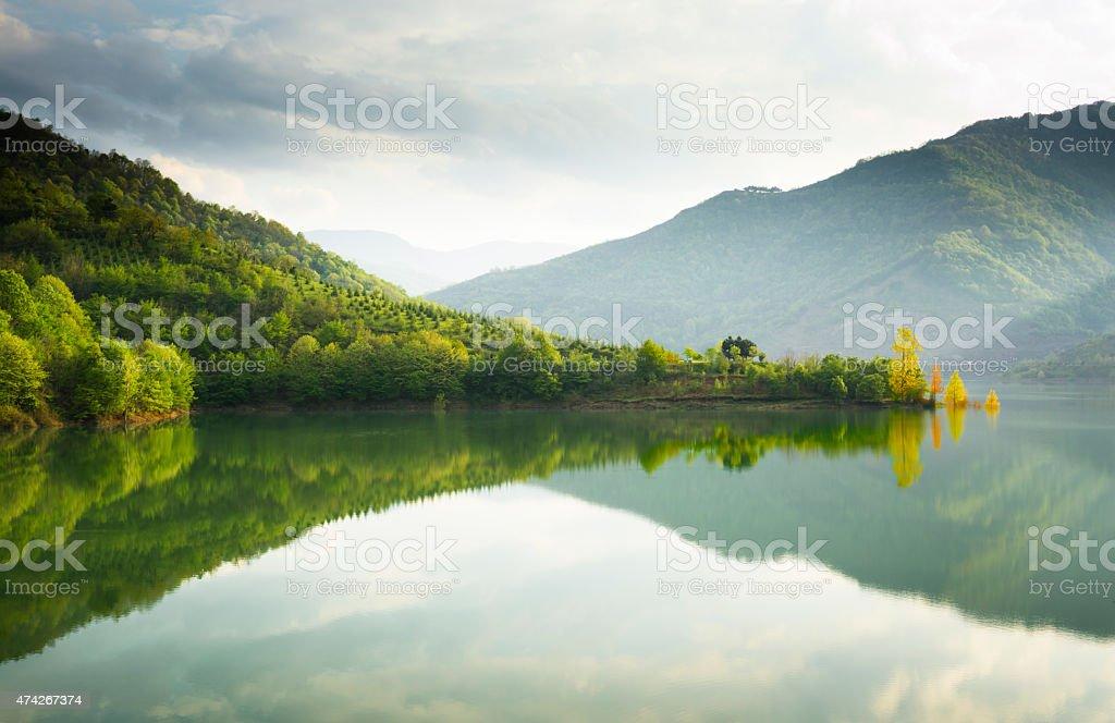 Reflejos en un lago - foto de stock