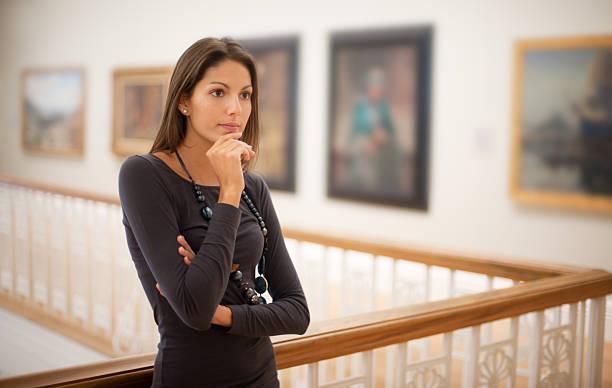 reflektierende frau in einer art gallery (xxxl - monet bilder stock-fotos und bilder