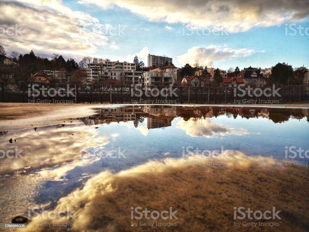 Reflet urbain, ciel nuageux - Photo