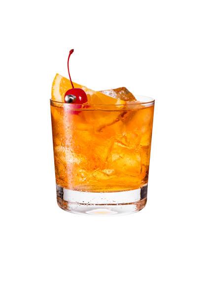 освежающий бурбон старомодный коктейль на белом - напиток стоковые фото и изображения