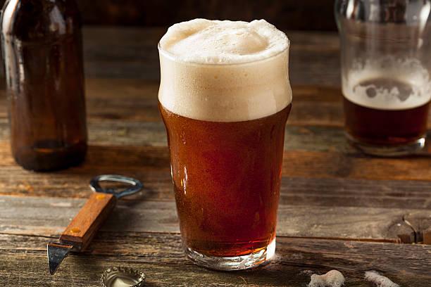 refreshing brown ale beer - ale - fotografias e filmes do acervo