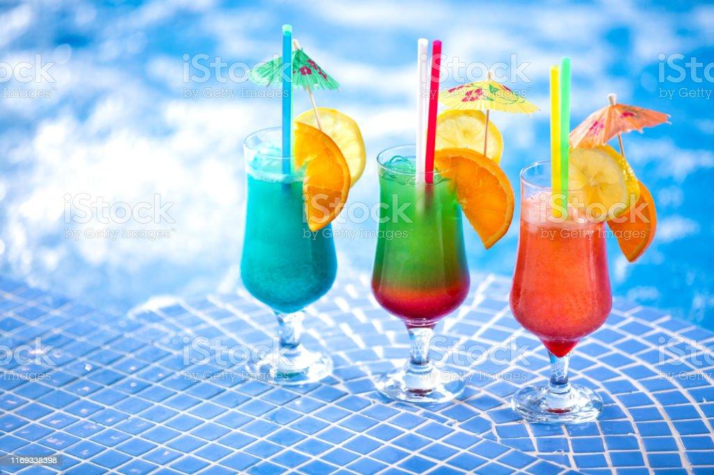 游泳池邊清爽的雞尾酒飲料 - 免版稅人圖庫照片