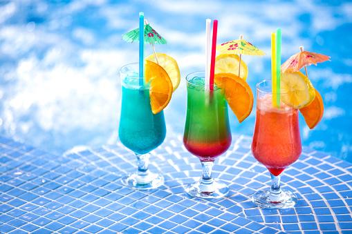 游泳池邊清爽的雞尾酒飲料 照片檔及更多 人 照片