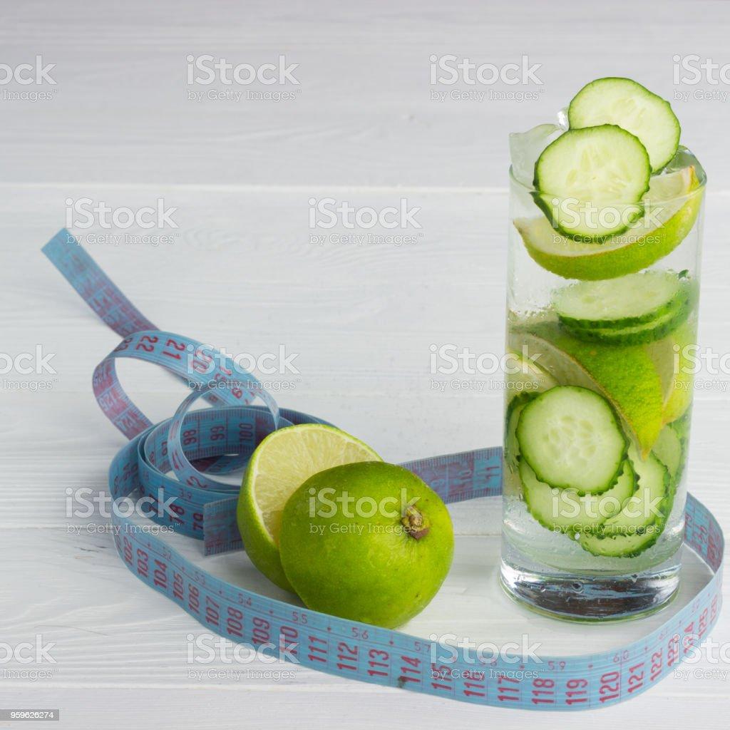 Bebida refrescante con limón y pepino en un fondo blanco. - Foto de stock de Alimento libre de derechos