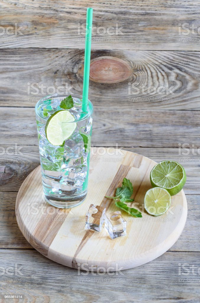 Refreshing drink with mint leaves and a slice of lime zbiór zdjęć royalty-free