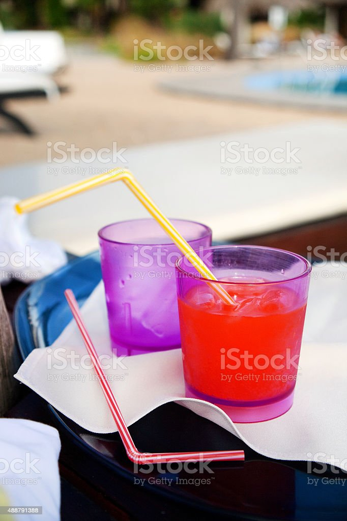 Bebidas refrescantes no actual Resort em um dia quente de verão - foto de acervo