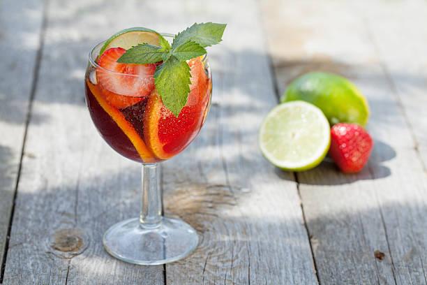 erfrischende frucht-sangria (punch) - picknick tisch kühler stock-fotos und bilder