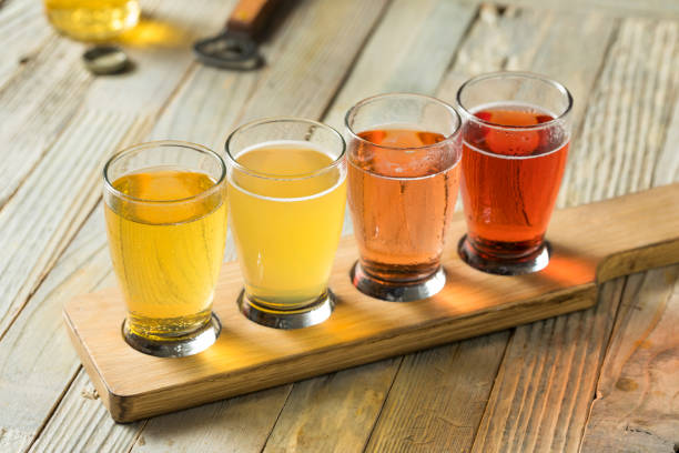 refreshing hard cider flight - assaggiare foto e immagini stock