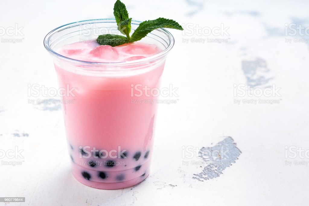 Refreshing homemade iced milky bubble tea with tapioca pearls - foto stock