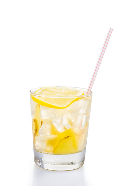 erfrischende eiskalte ingwer und zitronen-tee in transparentem glas - ingwerwasser zubereiten stock-fotos und bilder