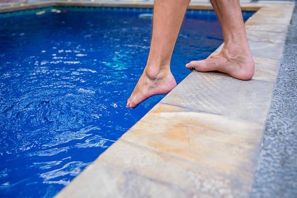 paar im swimmingpool - pool schritte stock-fotos und bilder