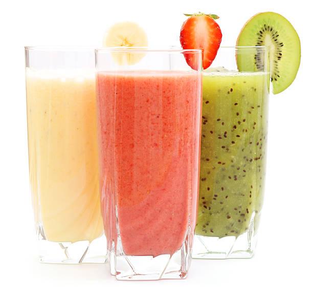 des jus de kiwi, à la banane et à la fraise - jus de fruit photos et images de collection