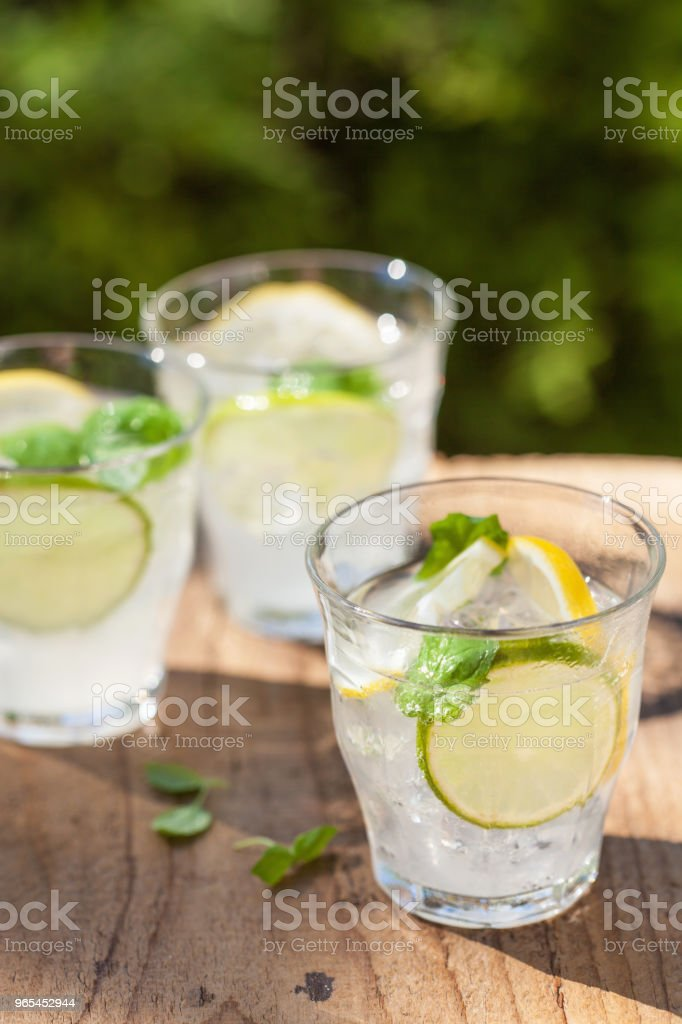 refreshing lemonade drink with mint lime lemon in garden zbiór zdjęć royalty-free