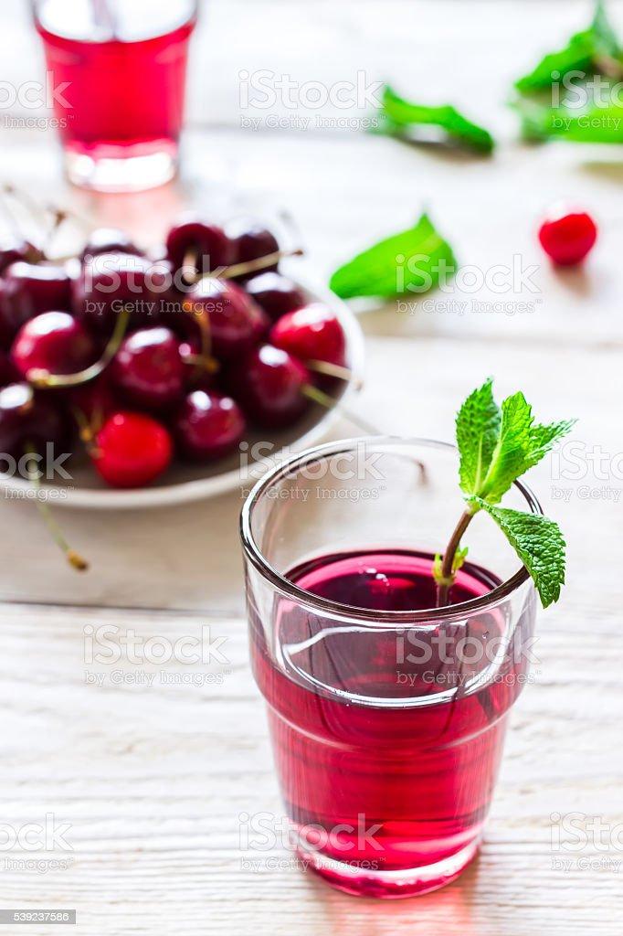 Refrescante cóctel con verano caseras cerezo y menta. foto de stock libre de derechos
