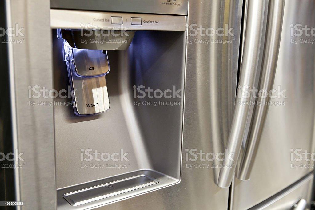 Kühlschrank Eis Und Wasserspender Stock-Fotografie und mehr Bilder ...