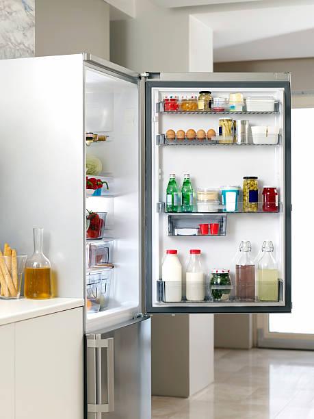 kühlschrank in der küche - kühlraum stock-fotos und bilder